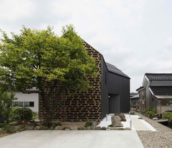 Интересный частный  дом с фасадом из поддонов
