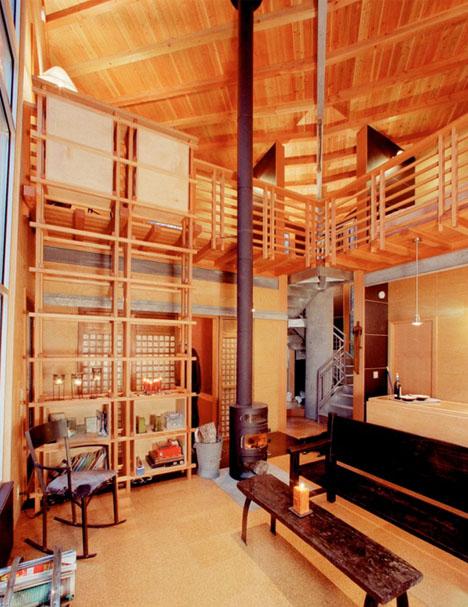 деревянный мини-дом с подъемной лестницей