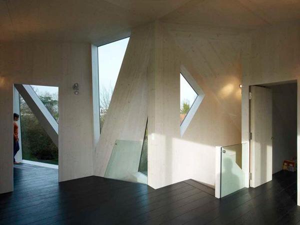 Дом с авангардными зенитными фонарями фото 2