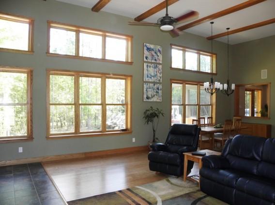 гостиная эко-дома  по проекту Chandler Design-Build