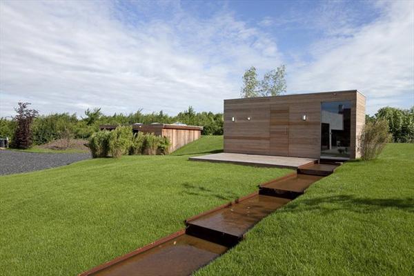 проект дома со стеклянным фасадом и модным интерьером