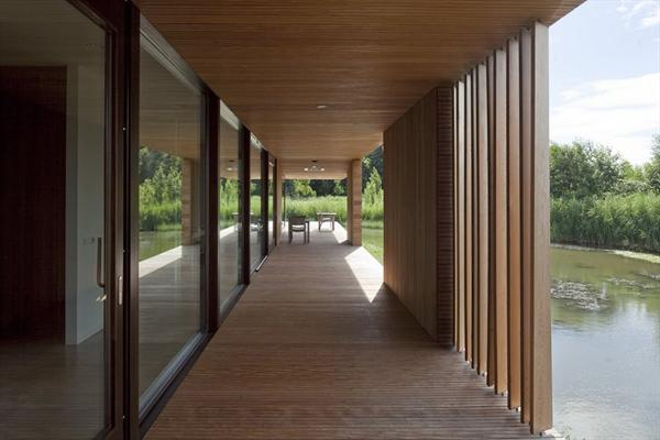 Северный дом со стеклянным фасадом и модным интерьером фото 3