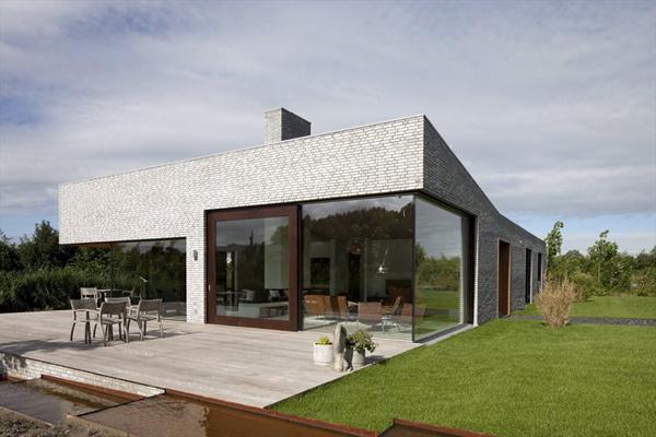 фото северного дома со стеклянным фасадом и модным интерьером