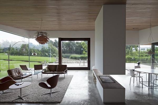 Северный дом со стеклянным фасадом и модным интерьером