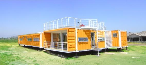 Яркий дом из контейнеров фото 1