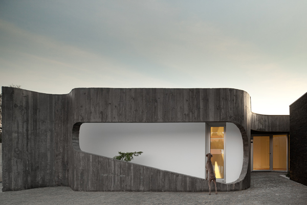 Дом на контрастах с внутренним двориком фото 1