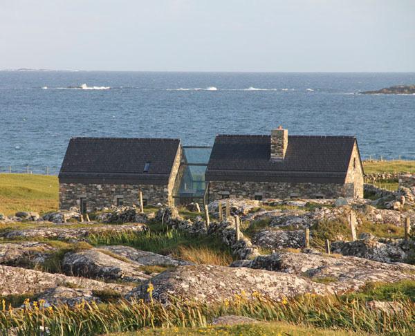 Каменные дома и лестница за стеклом фото 6