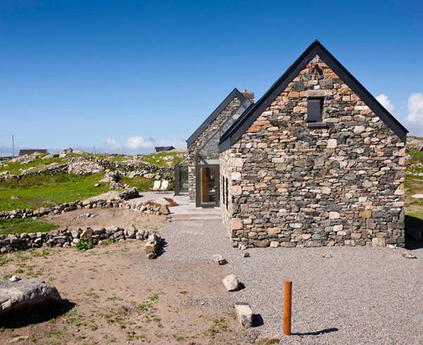Каменные дома и лестница за стеклом фото 7