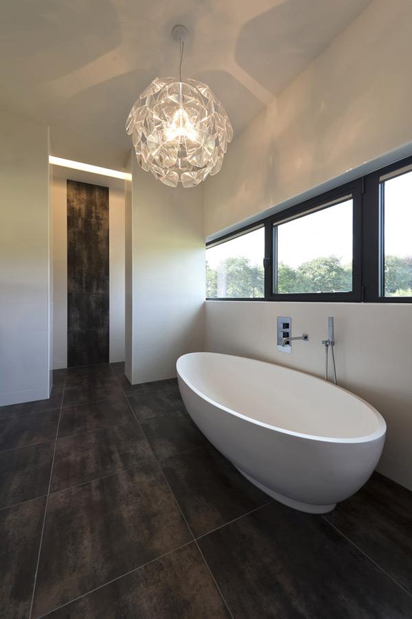 ванная в загородном доме со остекленным фасадом