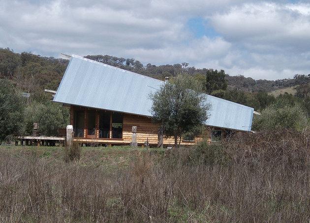 деревянный дом под тентом фото 1