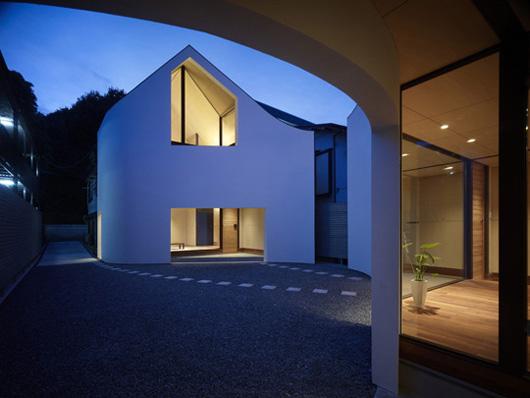 двухэтажный загородный дом по проекту Акио Накаса