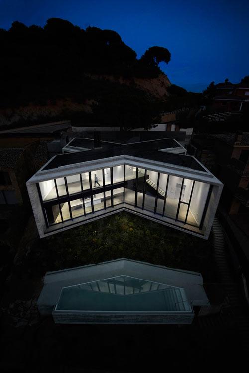 фото загородного крестообразного дома в Испании