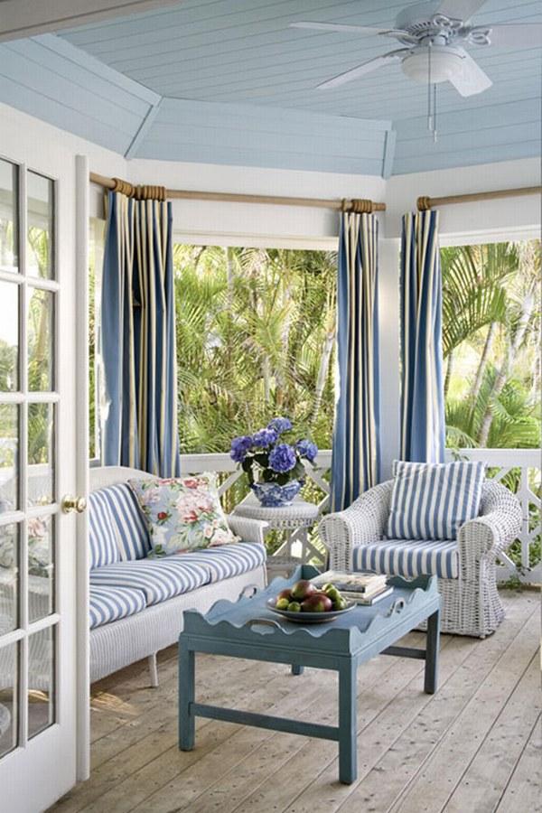 Голубой дом с белыми окнами