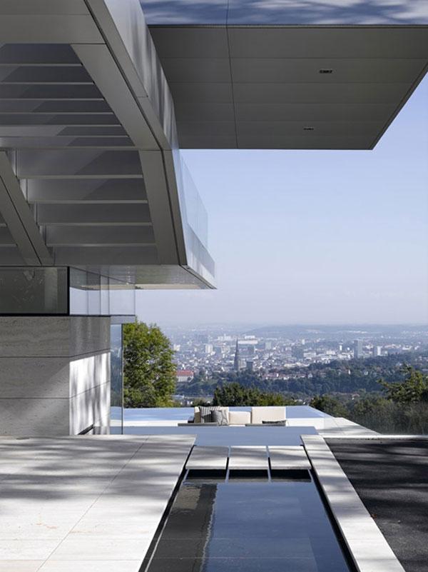 Современный дом с панорамным видом на город