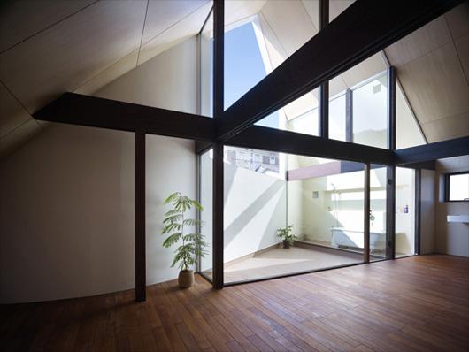 интерьер двухэтажного дома по проекту Акио Накаса (Naf Architect & Design)