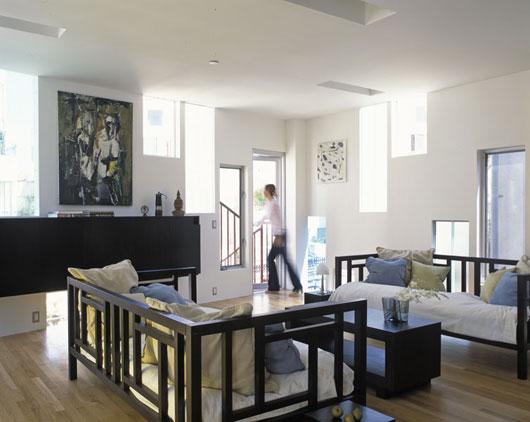 интерьер загородного дома с узкими окнами по проекту LOHA Architect