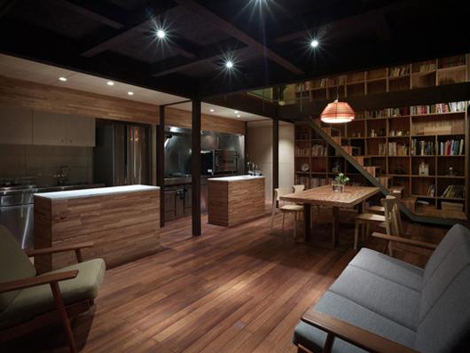 библиотека в двухэтажном доме по проекту Акио Накаса (Naf Architect & Design)