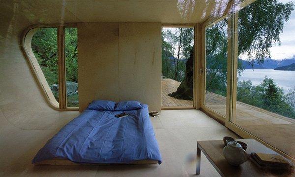спальня в доме на озере