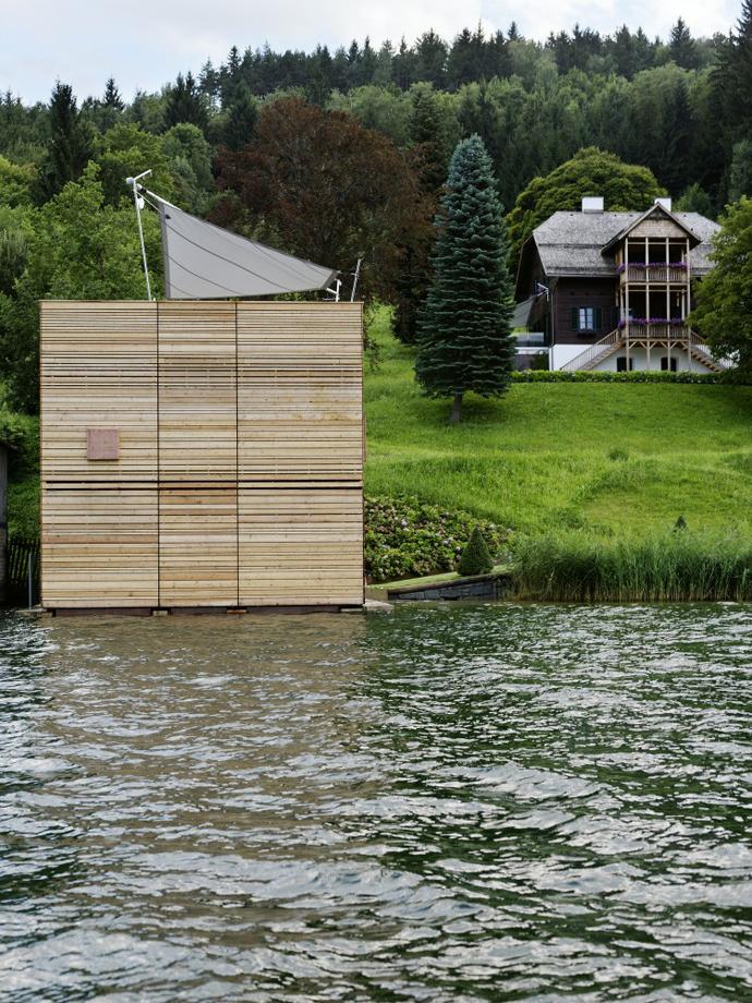 загородный дом с видом на озеро