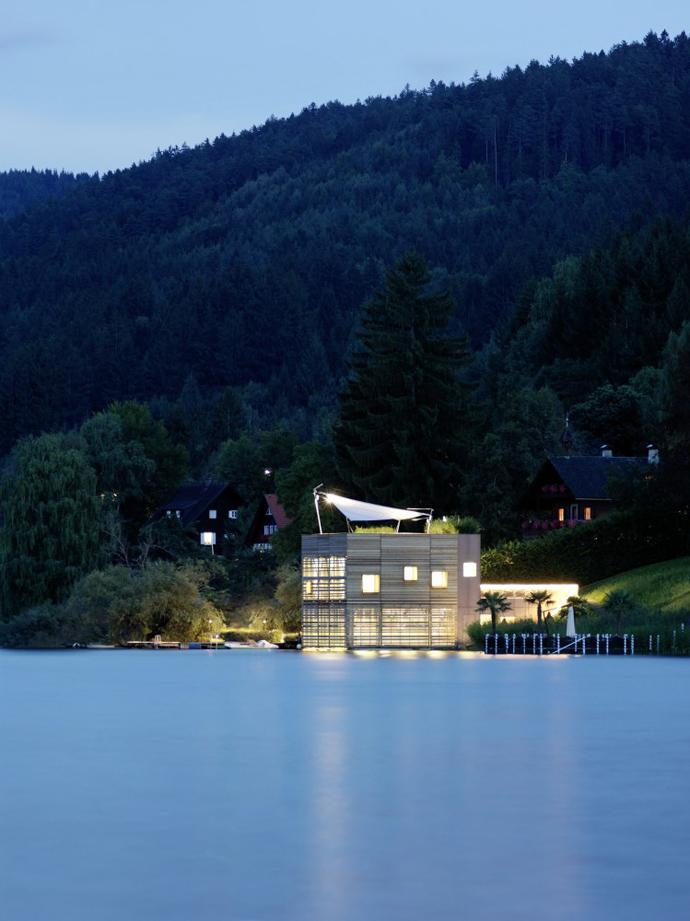 свой дом с видом на озеро