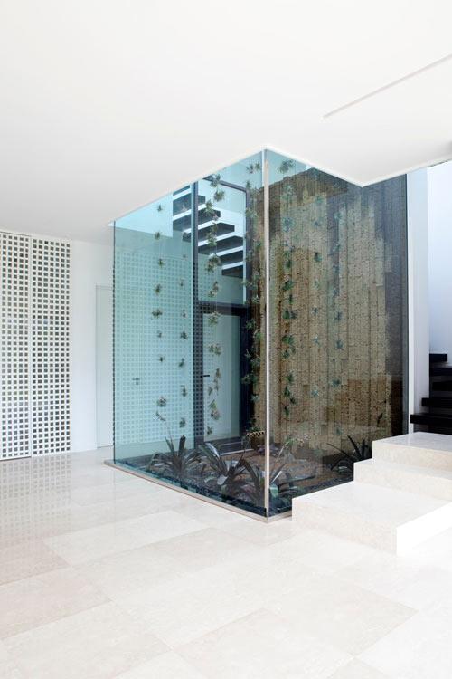 Красивый особняк из стекла и бетона