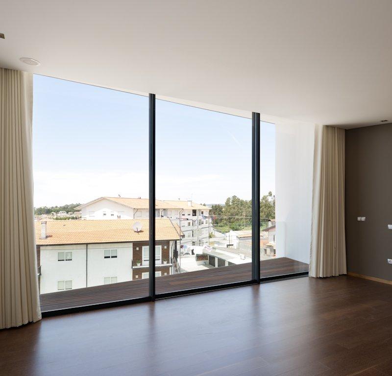 Современный многоуровневый дом с панорамным видом