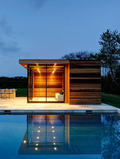 Загородный деревянный  дом с большими окнами