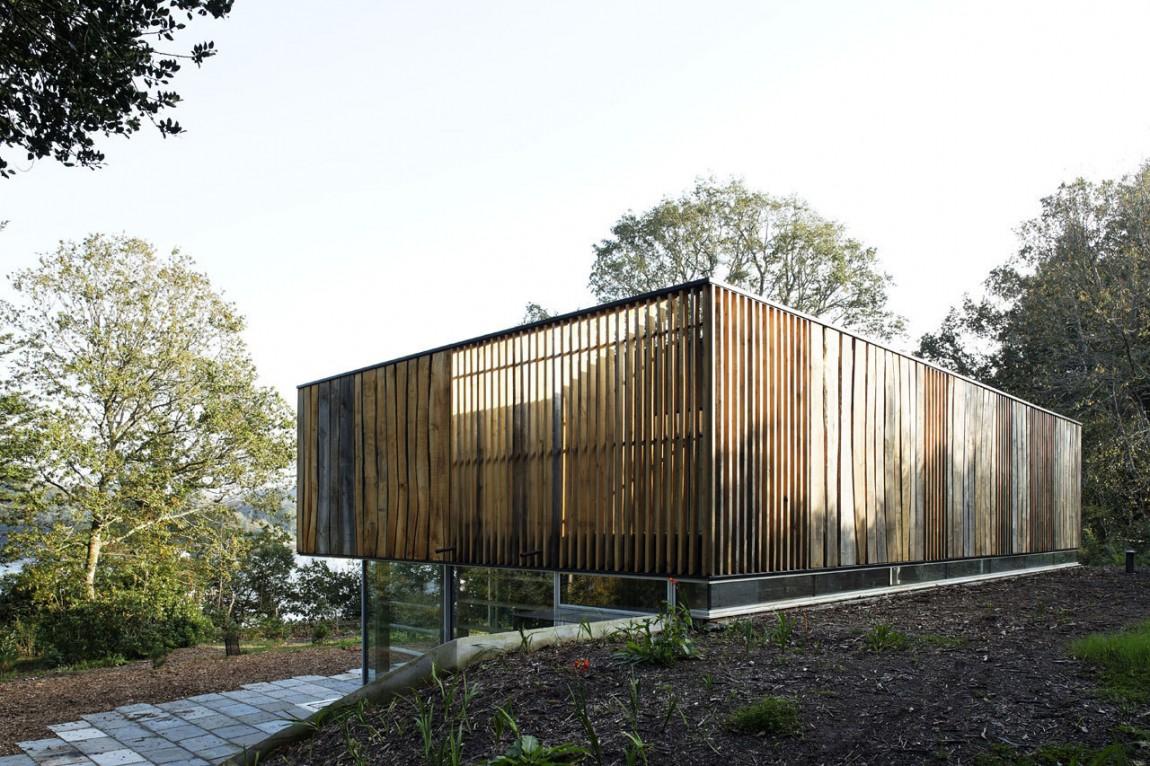 Дом с панорамными окнами и  видом на реку