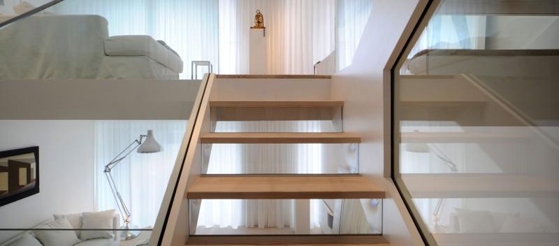 дом в английском стиле деревянная лестница