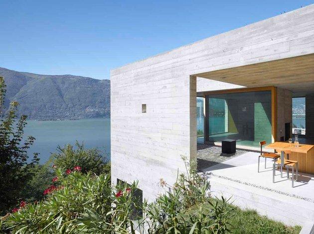 бетонный дом с террасой патио