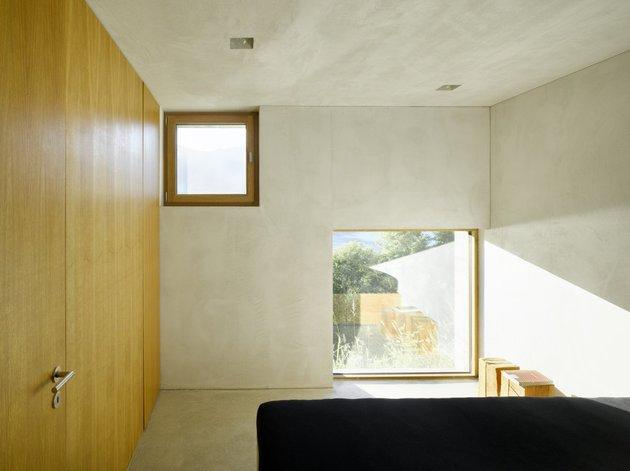 бетонный дом с террасой спальня