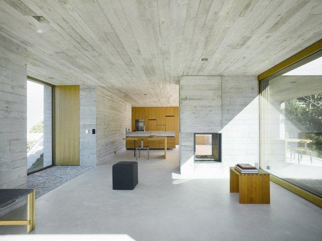 бетонный дом с террасой камин