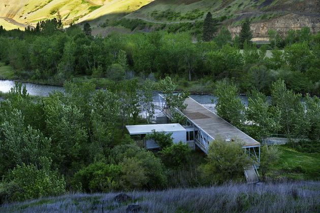 Дом из металлического каркаса  у реки