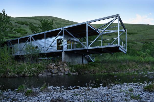 Дом из металлокаркаса на территории большого виноградника