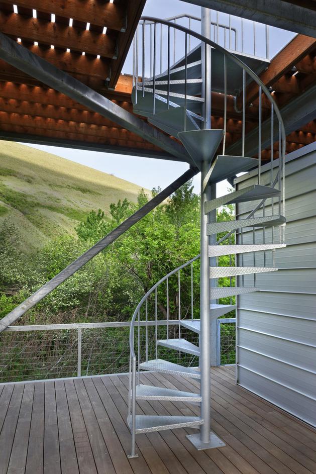 винтовая лестница в доме из металлокаркаса