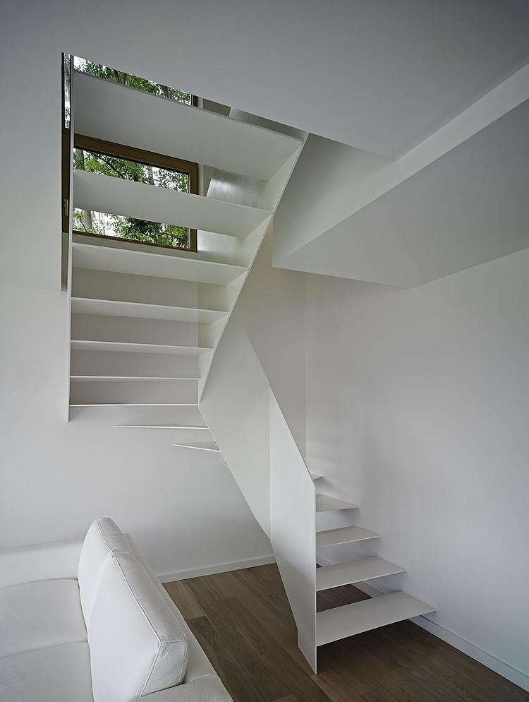 белая лестница в двухуровневом доме