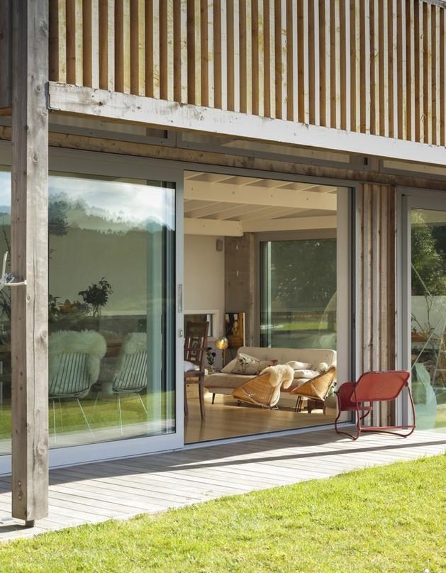 фото загородного дома обшитого планкеном