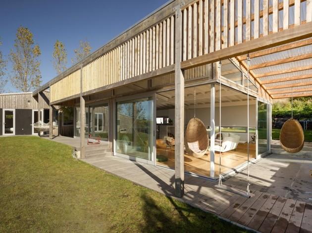 внутренний двор загородного дома обшитого планкеном