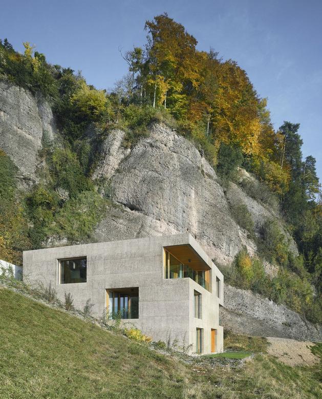 Трехэтажный коттедж с видом на озерный пейзаж