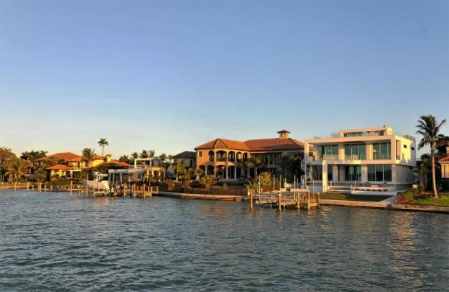 Современный дизайн частного дома - вид с бухты
