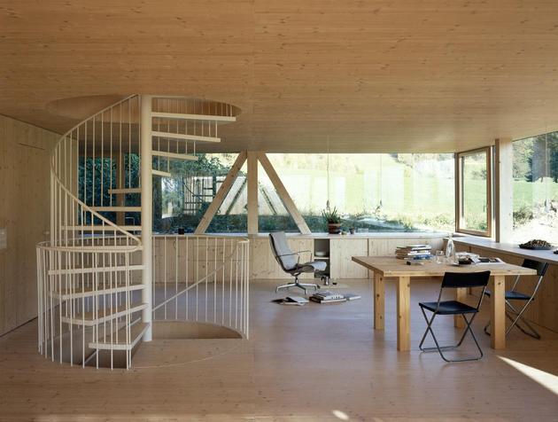 Лестница на второй этаж деревянного дома с круглым окном