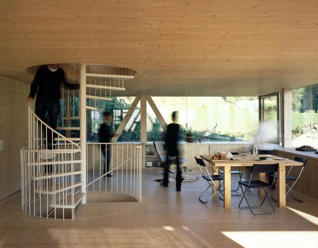Гостиная зона деревянного дома с круглым окном