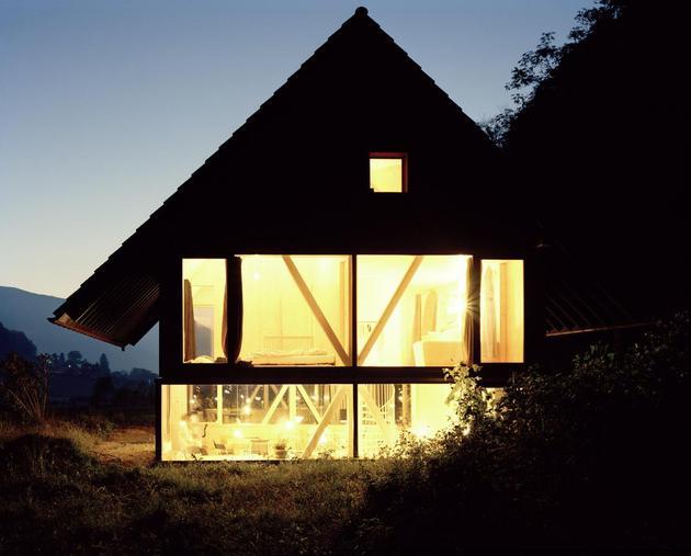 Деревянный дом с круглым окном вечером