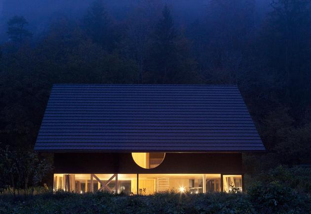 Деревянный дом с круглым окном