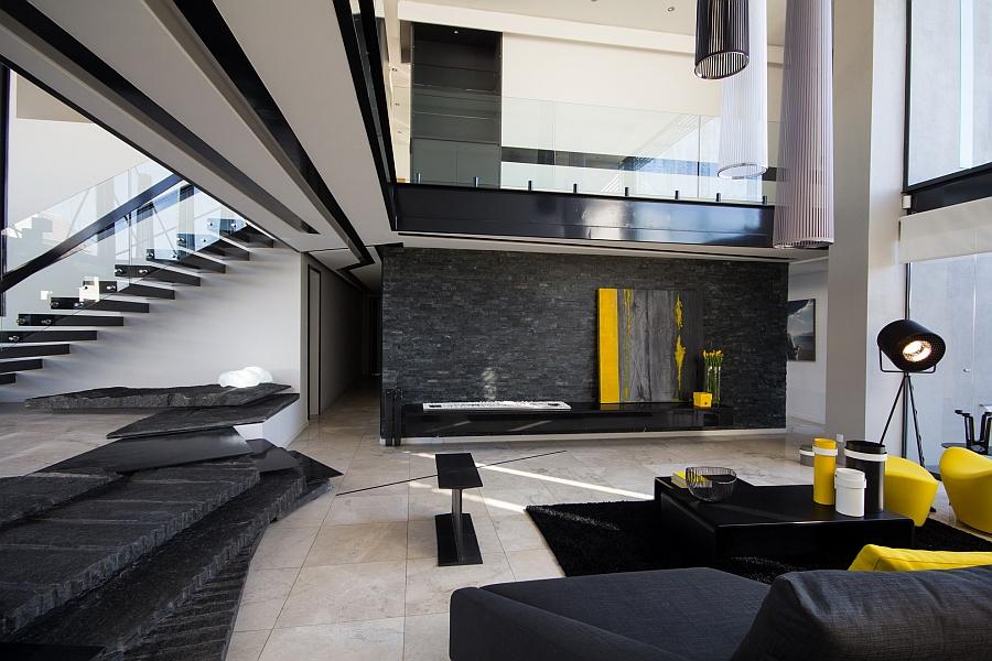 Красивая гостиная, которая охватывает темные черные тона