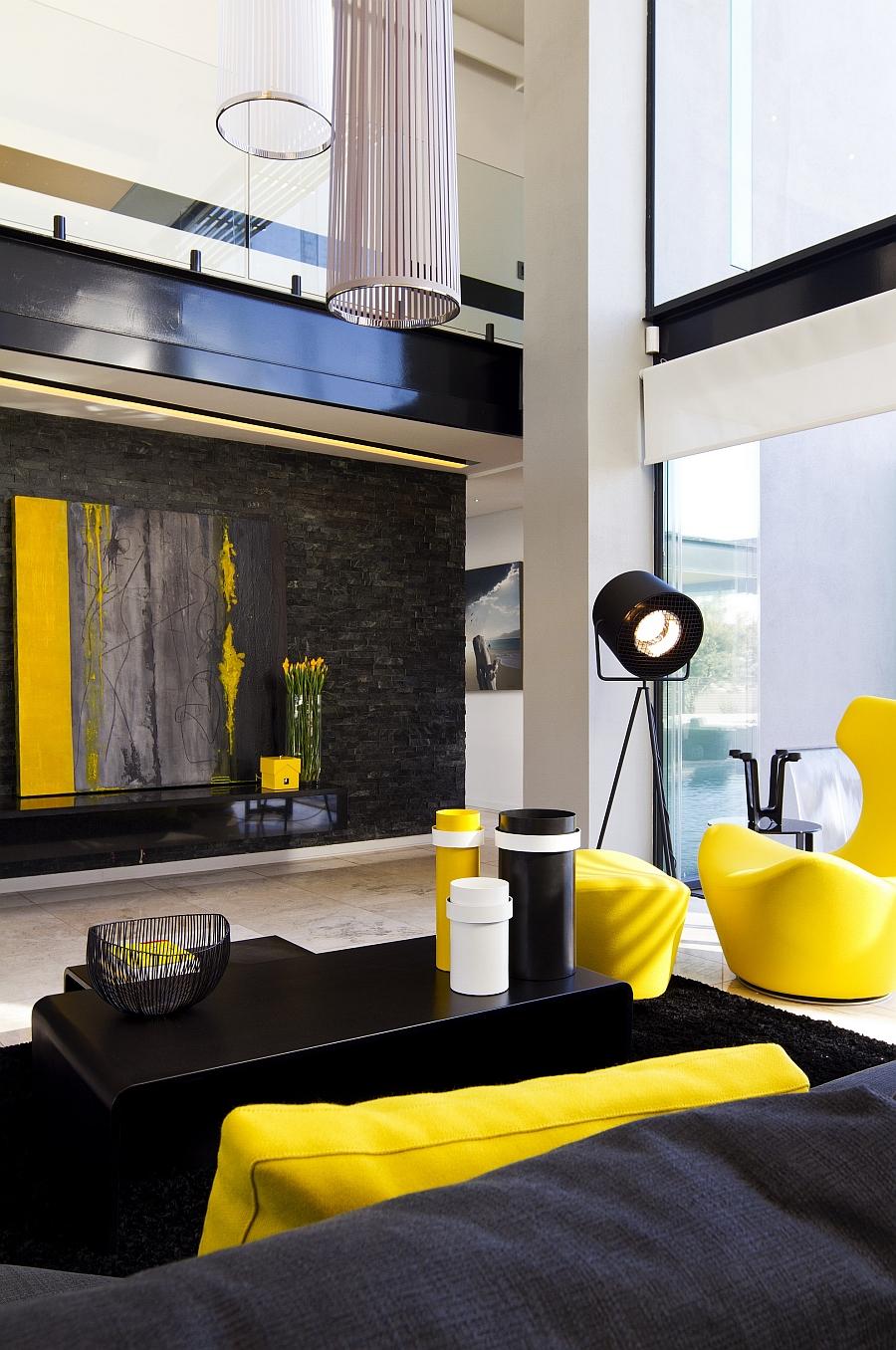 Ярко-желтые акценты оживляют Современную гостиную с темными оттенками