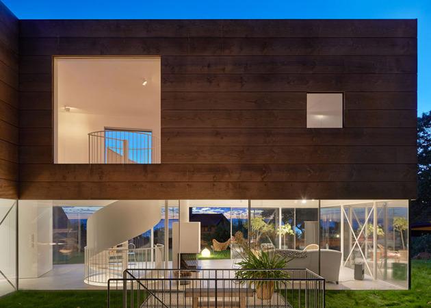На фото дом с винтовой лестницей