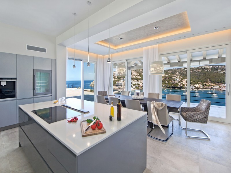 Кухня и столовая с видом на море