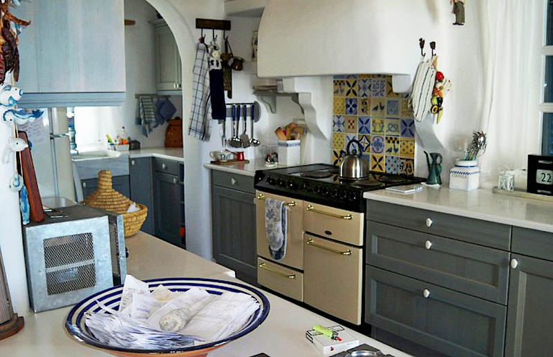 Кухня в доме греческого стиля