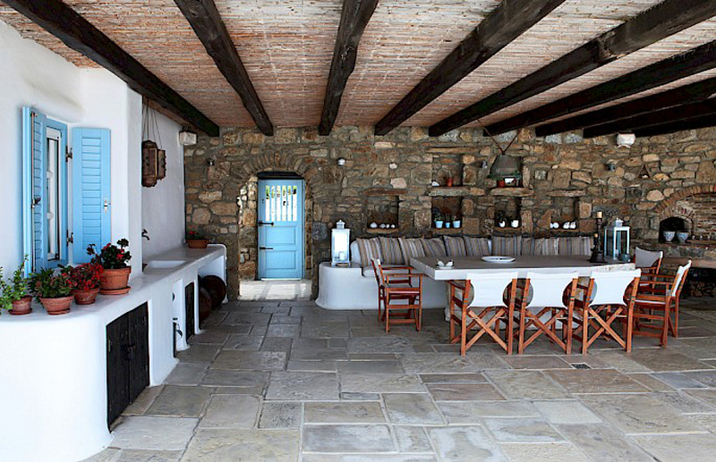 Дом в греческом стиле - столовая зона